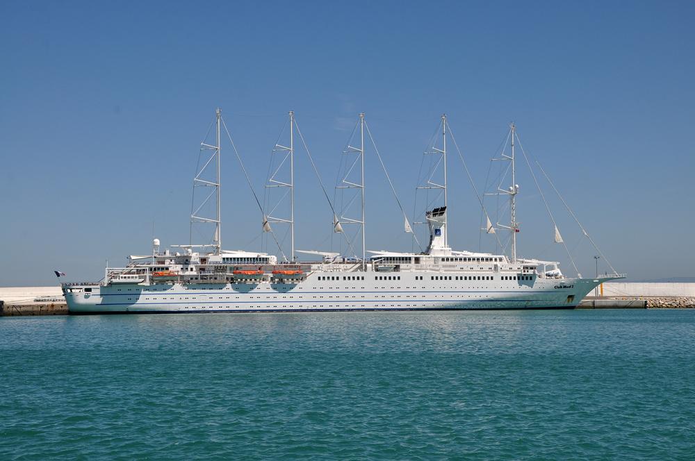 Photo d'un bateau de croisière de type voilier